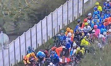 Gianni Moscon a balancé un vélo à la gueule d'un autre coureur pris dans une chute. Mais genre, littéralement.   Disqualifié.  Ce mec nous confirme qu'en plus d'être un teuteu raciste, c'est un immense débile dangereux. Allez, ça dégage. https://t.co/cSCKdOsAa4