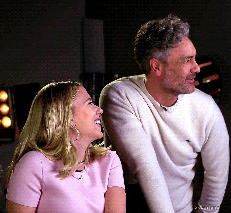 he's being naughty while she's being amused  #ScarlettJohansson #TaikaWaititi pic.twitter.com/hnPFQr9t7A