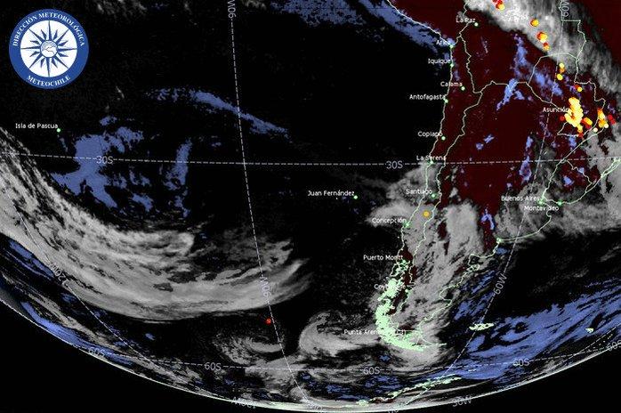 RT @meteochile_dmc Loop imágenes satelitales llegadas hasta las 07:00 horas del 08/07/2020. Color blanco representa nubosidad. Por la noche representa nubosidad media/alta y color azul nubosidad baja (probabilidad de niebla). Los puntos amarillos, naranjos y rojos ocurrencia de rayos.
