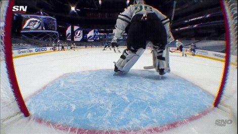 Khudobin 𝙛𝙡𝙖𝙨𝙝𝙚𝙨 the leather. 🤩 #StanleyCup   #NHLonSN