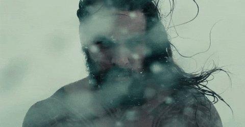 Aquaman acaba de llegar a Prime Video y no podemos evitar derretirnos con esa mirada.