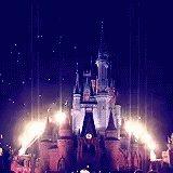 Se você já tá assinando o Disney+, fica aqui uma dicona: assista A História do Imagineering.  A série mostra a história e o trampo dos Imagineers, grupo formado pelo Walt Disney para criar os parques temáticos e atrações. Terminei de ver ontem e é fantástico! #DisneyPlus