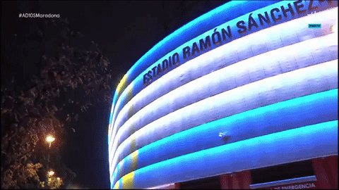 El homenaje del @SevillaFC. Precioso como luce el Pizjuán por el #AD10SMaradona.