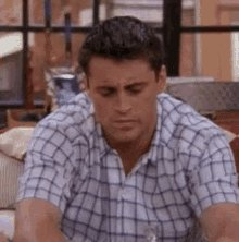 #FriendsMarathon that one where #JoeyTribbiani keeps getting recognized for modeling on those VD posters https://t.co/RCivYHOR6l