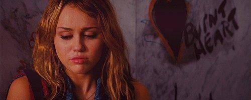 Miley Cyrus vient de perdre sa chienne 😭 « MJ était une vraie reine. Elle portait sa grâce, sa dignité et sa gentillesse comme une couronne. Elle ne sera jamais oubliée et elle nous manquera pour toujours. C'était un honneur d'être sa maman et sa meilleure amie. » #Smilers