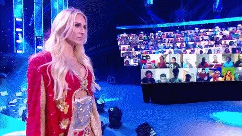 No le dejó ni entrar en el ring! @PeytonRoyceWWE ataca a @MsCharlotteWWE antes de su combate en #WWERaw!
