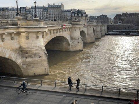 🇬🇧 It's a good day for a walk or a bike ride on the riverbanks! 😍 🇫🇷 À vélo ou à pied, profitez des quais de la Seine pour prendre l'air et vous détendre à #Paris ! 🙌