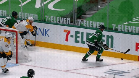 Joe Pavelski get the first @DallasStars goal of the season! ⭐️   #NHLonSN #ItsOn