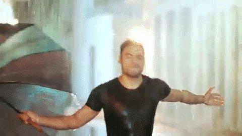 """¡Felicitaciones @_CarlosRivera! El video de """"Me muero"""" superó las 200 millones de reproducciones! Es el segundo en su carrera en alcanzar ese número ¿Cuál fue el anterior?🙌🙌"""