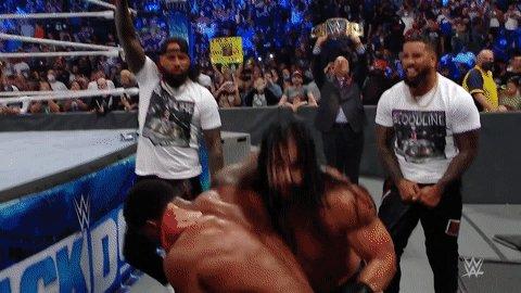 🤯😱🤯😱  #SmackDown #TheBloodline @WWERomanReigns @WWEUsos @HeymanHustle @MontezFordWWE https://t.co/nC8hd54n2S